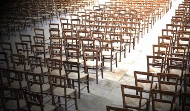 61694_eglise-vide-chaises-lumiere.jpg