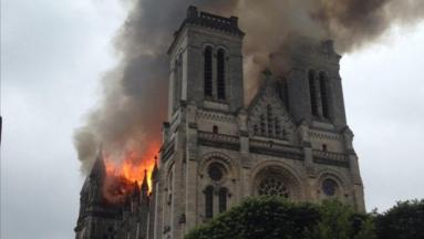 la-basilique-saint-donatien-a-nantes-est-en-flammes-11424491drida_1713.jpg