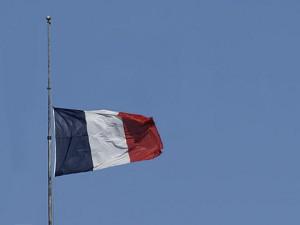 le-drapeau-francais-en-berne_imagelarge.jpg