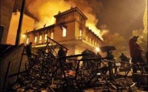 7743642990_un-magasin-est-en-flammes-pendant-les-manifestations-populaires-contre-les-reformes-a-athenes-le-12-fevrier-2012.jpg